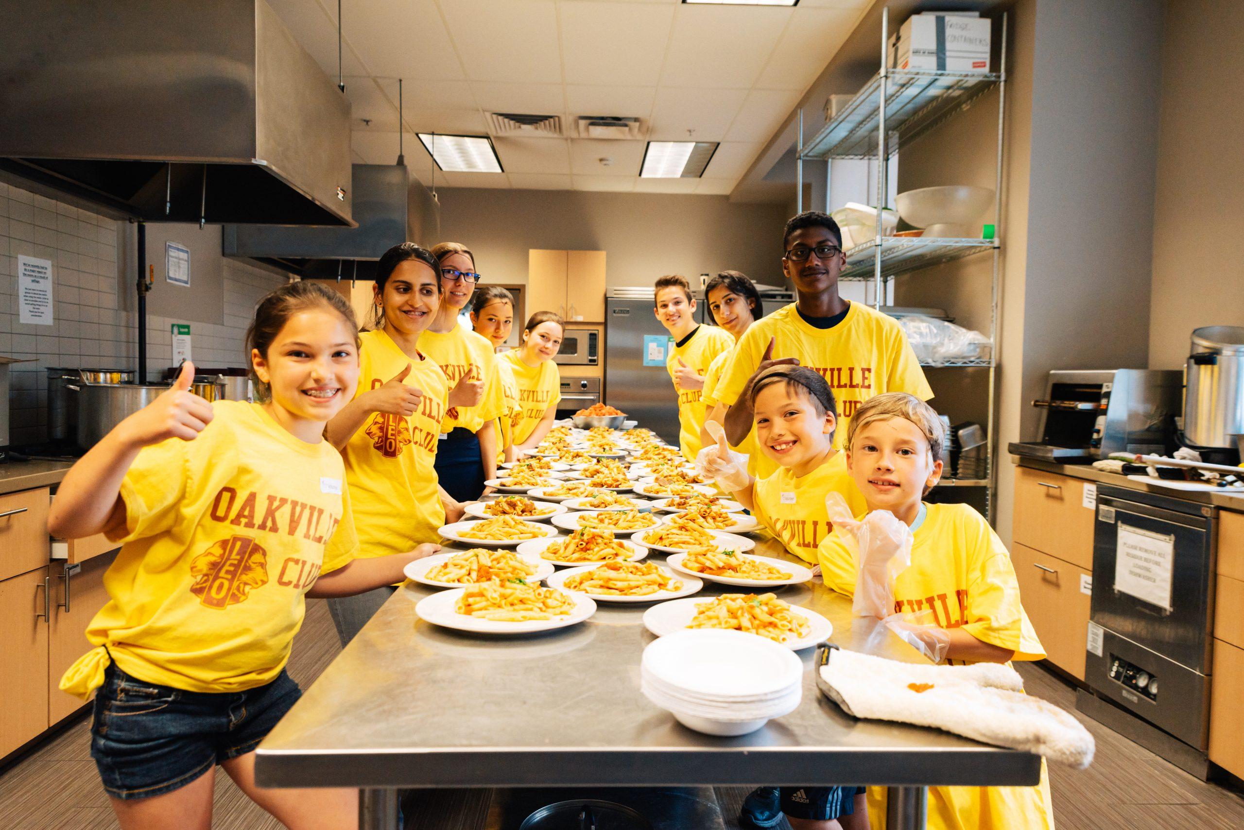 Jugendliche kochen für Bedürftige