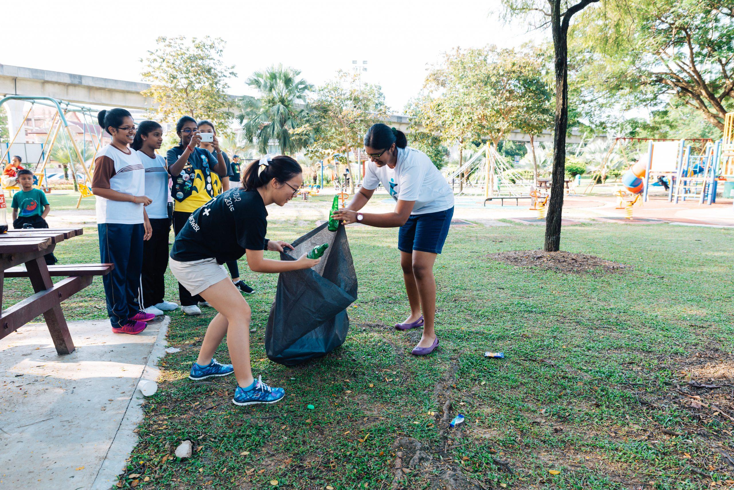 Müllsammeln und Kekse verteilen im Assunta Park